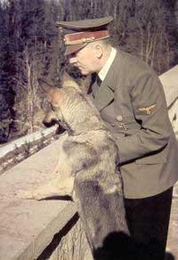 Hitler con Blondie, a la que envenenó poco antes de quitarse la vida a sí mismo