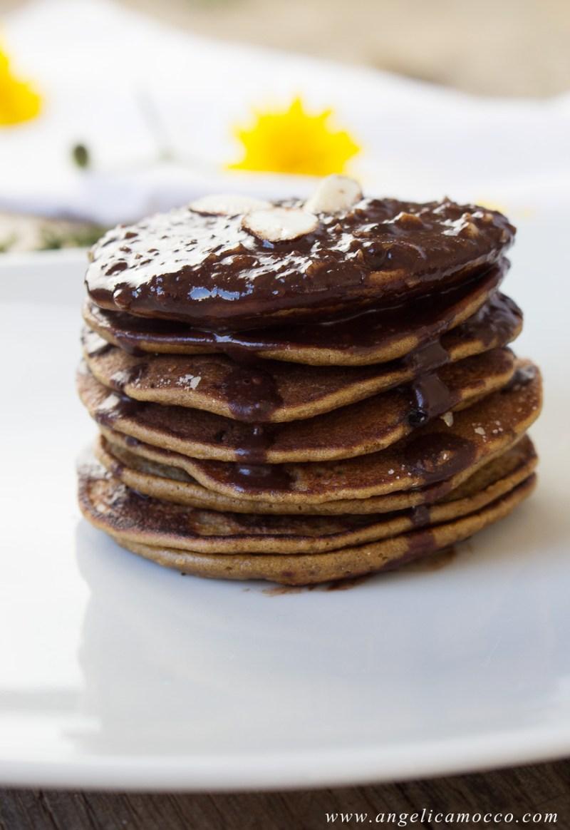 Pancake di amaranto dolcificati con melassa, senza glutine e latticini