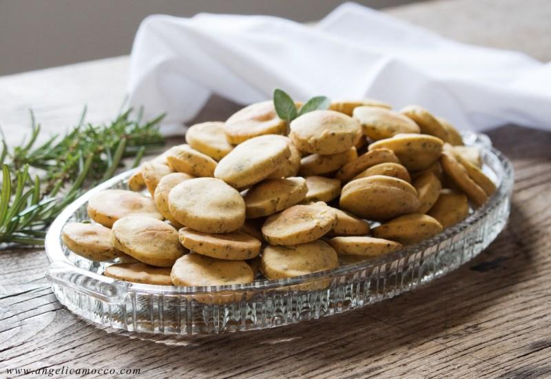 Mini crackers di ceci alle erbe aromatiche senza glutine