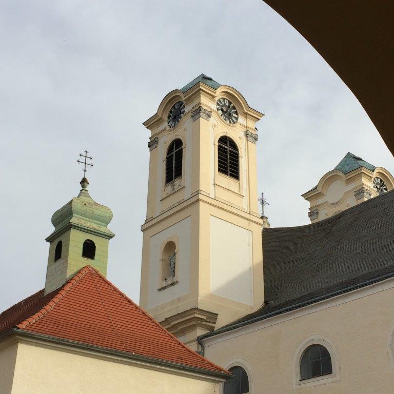 Blick vom Kreuzgang auf die Basilika