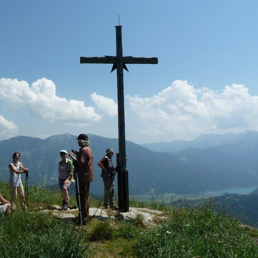 Gipfelkreuz mit Blick auf den See und zum Rofangebirge