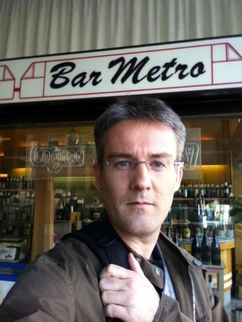 Emmanuel davanti al bar Metro (dal suo profilo FB)