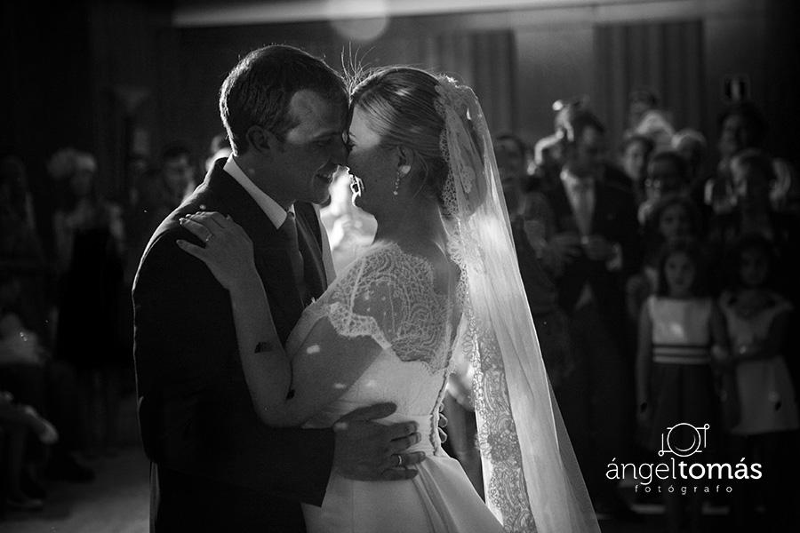 El baile de los novios. Boda María y Salva. Ángel Tomás Fotógrafo de bodas en Córdoba.