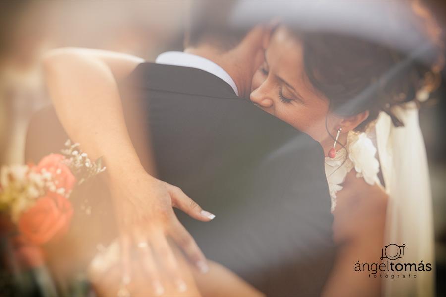 El abrazo. Ángel Tomás Fotógrafo de bodas en Córdoba. Reportajes de fotografía de boda. Profesional.