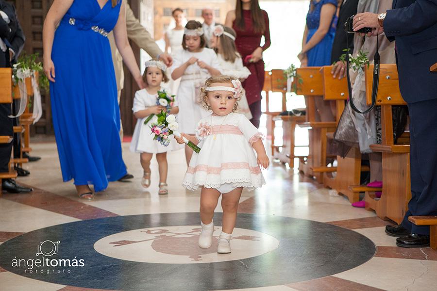Reportaje fotografía de boda realizado en Cuenca por Ángel Tomás Fotógrafo de bodas. Entrada a la iglesia. San Pedro de Cuenca.