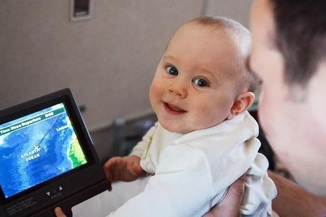utazás repülőn babával, kisgyerekkel