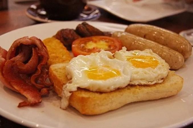 angol reggeli