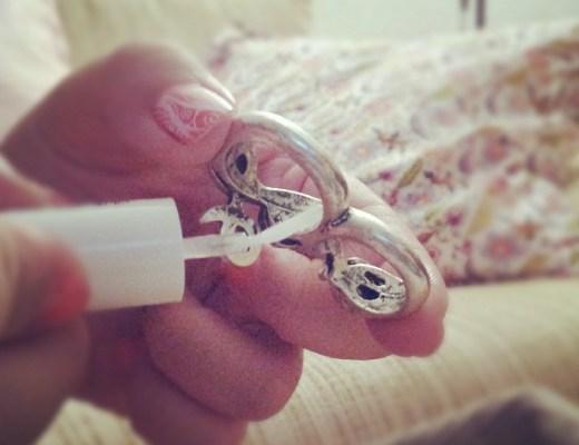 truco-evitar-dedo-verde-anillo-bisuteria-mala