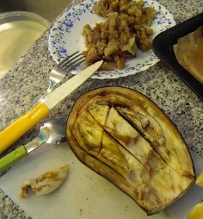 retirar carne de las berenjenas asadas