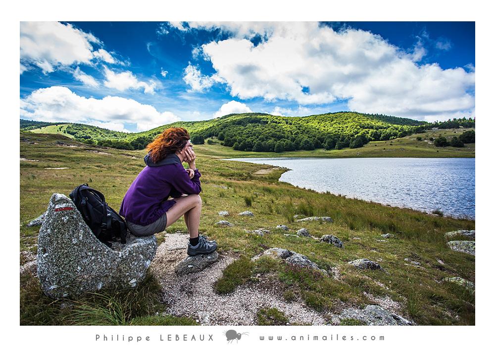 Randonneuse assise regardant le paysage