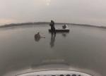ホバークラフトを使って氷の上で動けなくなった鹿を救助