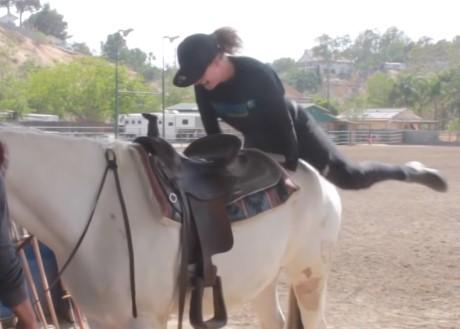 ジャンピング馬乗りで苦戦するも馬がお手伝い