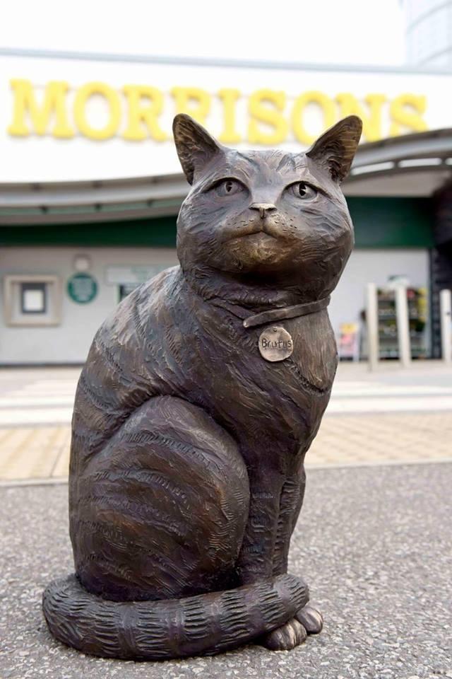 Statua a forma di gatto.