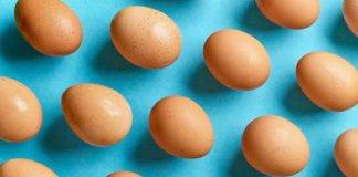 uova su sfondo azzurro