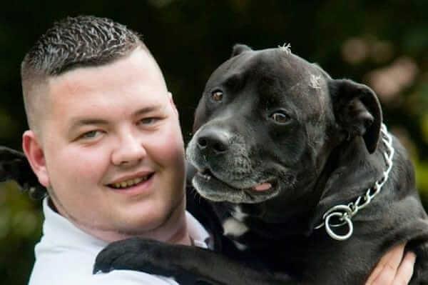 τι έχει ο σκύλος του στο στόμα του Έπασχε από κατάθλιψη και ήταν έτοιμος να αυτοκτονήσει. Τότε παρατηρεί ΤΙ έχει ο σκύλος του στο στόμα του και παθαίνει ΣΟΚ!