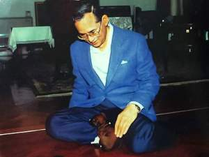 King Bhumibol Adulyadej with Tong Daeng as a puppy.