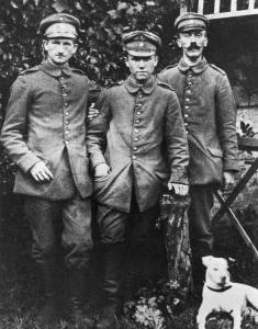 Hitler, two other German soldiers, and his pit bull Fuchsl.