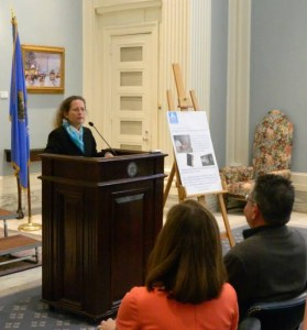 Ruth Steinberger shares findings from her research. (SpayFirst photo)