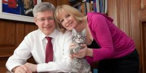 Stephen & Laureen Harper, with cat. (Deb Ransom/Prime Minister's Office)