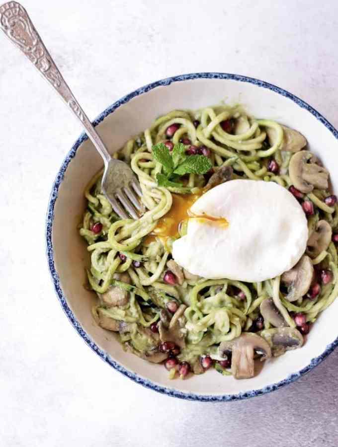Noodles courgette com molho de abacate