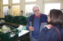 Peter Thanscheidt, der seit vier Jahren ehrenamtlich Lebensmittel in den Supermärkten einsammelt und einmal in der Woche die Ausgabestelle in Dorstfeld betreut, führte mich durch das Lager der Dortmunder Tafel an der Osterlandwehr. Hier werden die eingesammelten Lebensmittel gesichtet und sortiert.