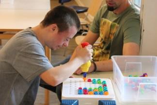 Bei der sogenannten Kistenarbeit werden die motorischen Fähigkeiten trainiert.