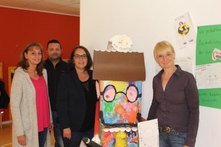 Jasmin Gräfen (r.) leitet die Kita am Bruchheck in Hörde und informierte mit ihrem Stellvertreter Wolfgang Bednarz (2.v.l.) über die Arbeit des Familienzentrums. In der Mitte: Kita-Maskottchen Quentin.
