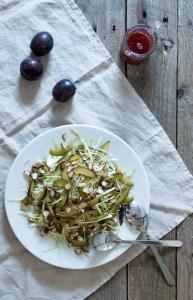 Sommerhvidkål med sveskeblommer og hasselnødder