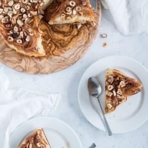 Verdens bedste æblekage med hasselnøddekaramel og kanel