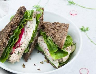 Rugbrødssandwich med klassisk tunsalat med dild og rødløg