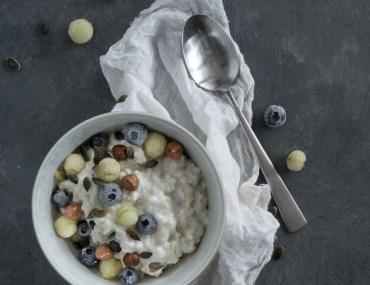 Perlebyggrød med bær og nødder til morgenmad