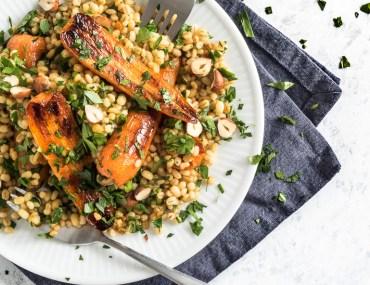 Perlebygsalat med stegte gulerødder, persille og sennepsvinaigrette
