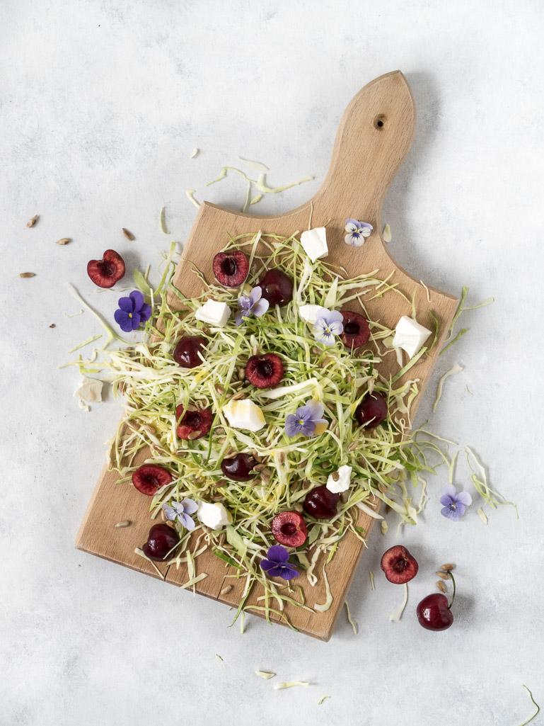 Spidskålssalat med kirsebær og feta
