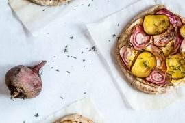 Hvid pizza med rygeost, gulbeder og bolsjebeder - opskrift på pizza bianco