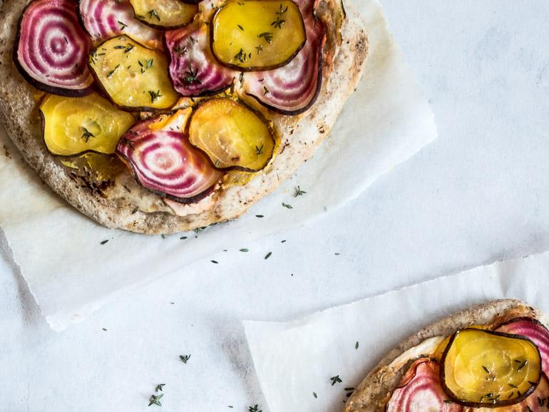 Pizza bianco med rygeost, beder og timian