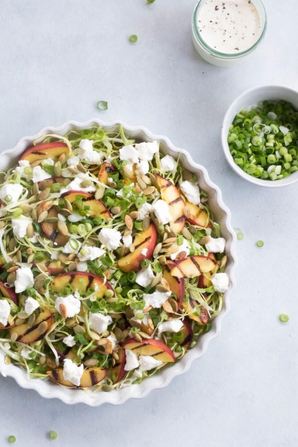 Sommersalat med grillede nektariner, feta og sprød hvidkål - opskrift