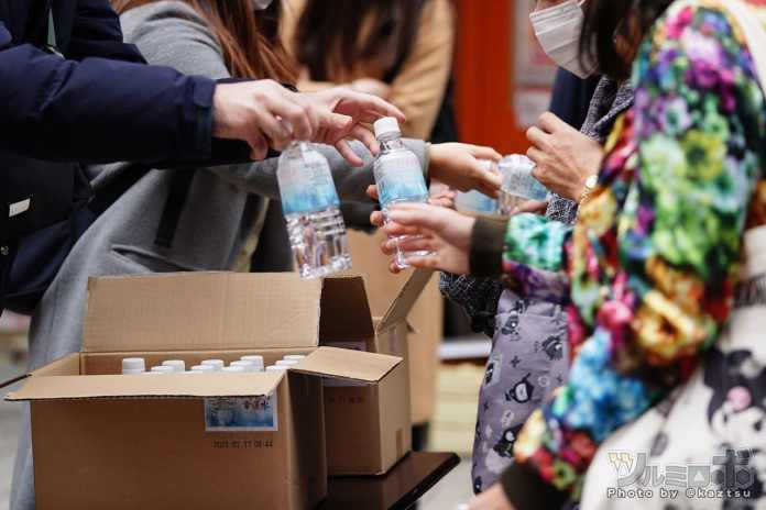 Más de 500 otakus hicieron fila para recibir una botella de agua de Mahou Shoujo Madoka Magica