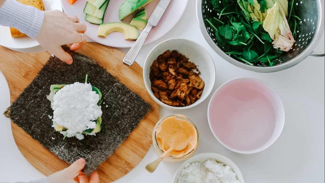 vegane Sushi Sandwiches richtig falten
