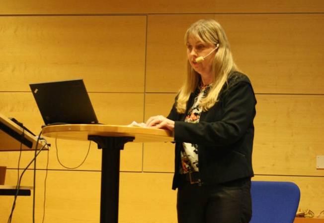 Foto när Anna föreläser, från Stiftelsen Activa.
