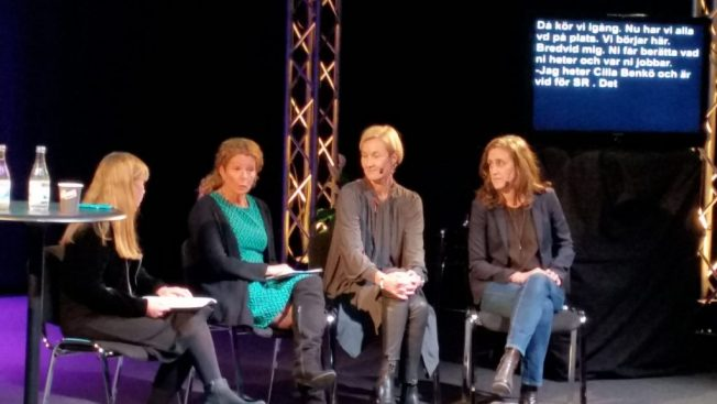 Jag modererar panelsamtal med VD:arna för public service-bolagen. Fr. v: Anna, CillaBenkö SR,Christel Tholse Willer, UR och Hanna Stjärne, Svt.  Vi sitter ned på en scen framför en tv med taltext för hörselskadade.