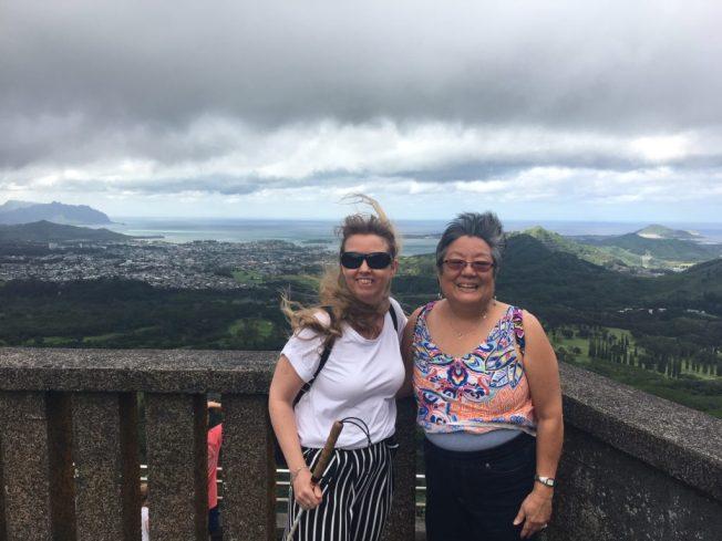 Foto på mig och Annette Tashiro vid Utsiktsplatsen  Nu'uanu Pali State Wayside.