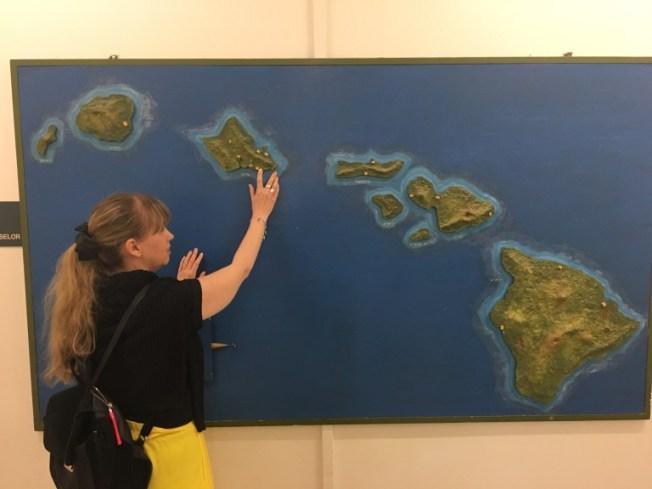 Anna känner på den taktila kartan på Hawaii