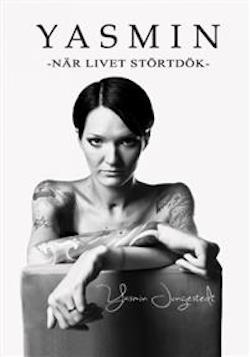 Bokomslag: Yasmin - När livet störtdök. Omslaget är i svartvitt. Vit bakgrund, svart text. Yasmin sitter på en bakåtvänd stol med ryggstödet som skymmer halva överkroppen. Yasmin sitter utan tröja och armarna visas längst fram mot kameran med tatueringar. Yasmin har en allvarlig blick och kortklippt pagefrisyr, mörkt hår.