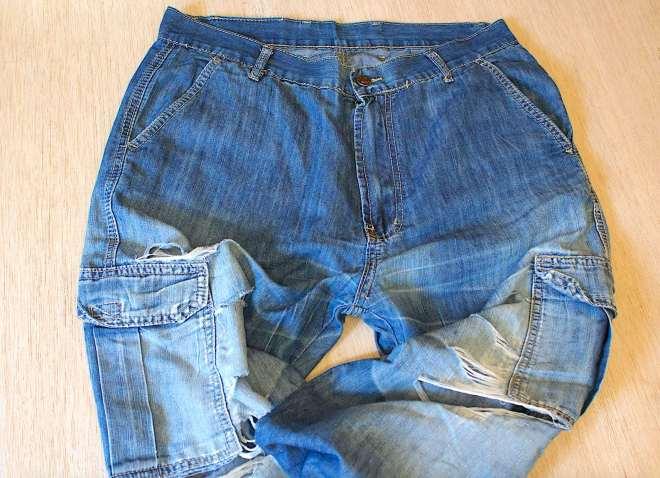 Lavorare su due paia di vecchi jeans