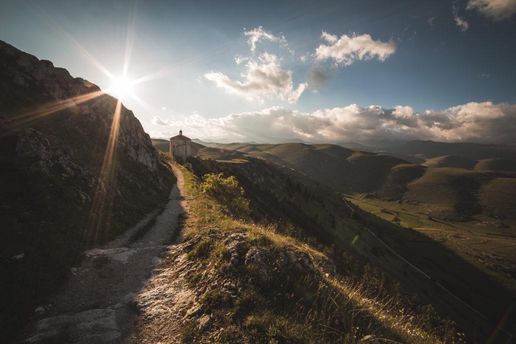 Sentiero verso la chiesa di Santa Maria della Pietà all'alba