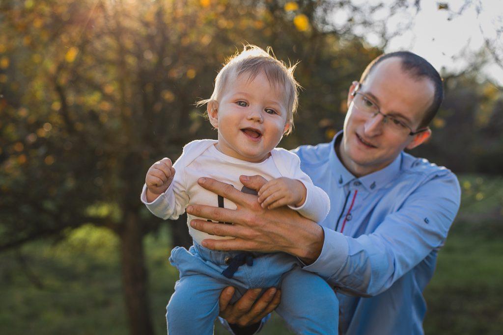 ojciec podrzuca dziecko sesja rodzinna