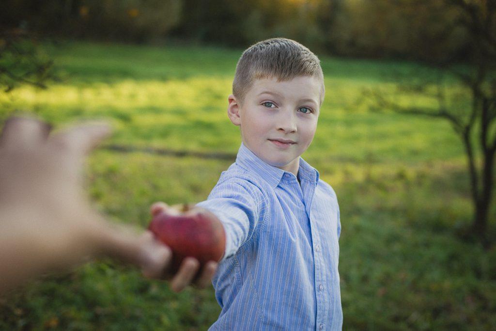 chłopiec z jabłkiem sesja rodzinna