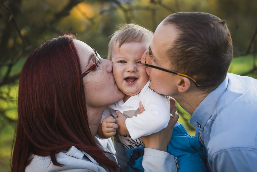 pocałunek rodziców i dziecka