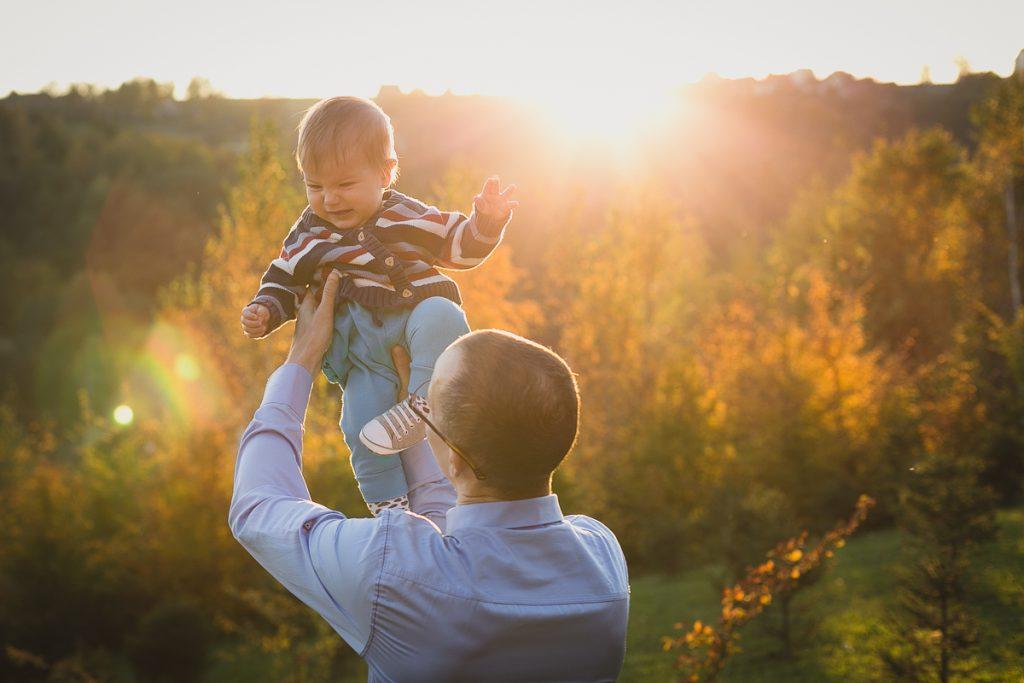 ojciec z synem o zachodzie słońca