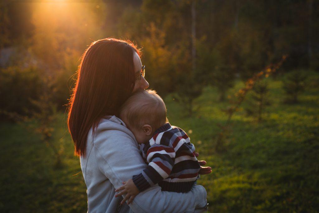 matka przytula dziecko zachód słońca
